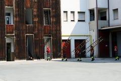 Pompieri in una caserma dei pompieri Immagini Stock
