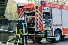 Pompieri in uniforme durante l'addestramento Fotografie Stock Libere da Diritti