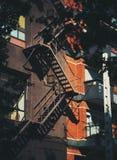 Pompierleiter auf Fassade eines Hauses Lizenzfreies Stockfoto
