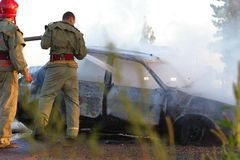 Pompiers au crash de véhicule Images libres de droits