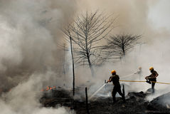 Pompiers au travail images stock