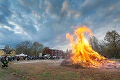 Pompiers commandant le feu de Valborg photos stock