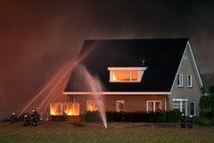 Pompiers dans l'action image stock