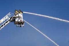 Pompiers dans le levage de panier Photographie stock libre de droits