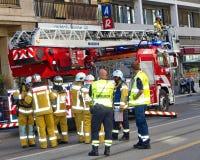 Pompiers discutant l'intervention à Genève, Image libre de droits