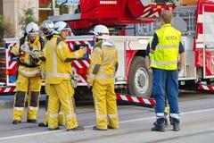 Pompiers discutant l'intervention à Genève, Photo libre de droits
