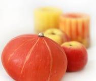 Pompoen, appel, kaars Stock Fotografie