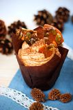 Pompoen cupcake met de roomkaas van het pompoenkruid het berijpen en karamelscherf Stock Afbeelding