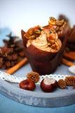 Pompoen cupcake met de roomkaas van het pompoenkruid het berijpen en karamelscherf Stock Foto's