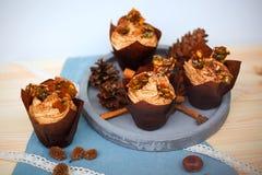 Pompoen cupcake met de roomkaas van het pompoenkruid het berijpen en karamelscherf Royalty-vrije Stock Foto's