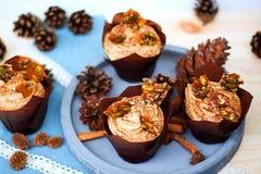 Pompoen cupcake met de roomkaas van het pompoenkruid het berijpen en karamelscherf Stock Afbeeldingen