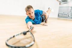 Pompoen de opleiding, speler met racket ligt op vloer stock afbeelding