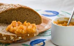 Pompoen die over het interne brood wordt uitgespreid Stock Foto