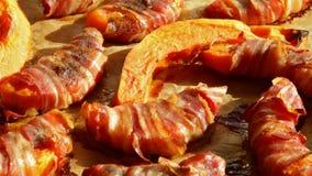 Pompoen in een bacon wordt gebakken die - camera die hierboven glijden die verpakken stock footage