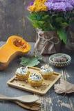Pompoen en koekjeskruimelmuffins Stock Foto