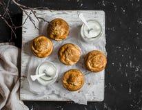 Pompoen en roomkaaswervelingsmuffins en Griekse yoghurt Heerlijke ontbijt of snack Voor een donkere achtergrond, hoogste mening Stock Afbeeldingen