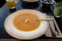 Pompoen en van de krabbenroom soep met garnalen royalty-vrije stock fotografie