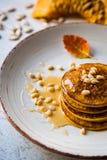 Pompoen gebakken pannekoeken op een plaat Stock Foto