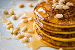 Pompoen gebakken pannekoeken op een plaat Stock Afbeeldingen