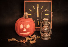 Pompoen, Halloween, klok Stock Fotografie