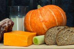 Pompoen, kaas, melk, prei, bacon en Royalty-vrije Stock Afbeelding