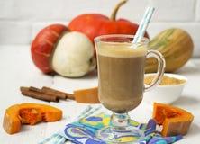Pompoen latte - koffie met pompoenroom en hete dranken royalty-vrije stock fotografie