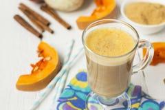 Pompoen latte - koffie met pompoenroom en hete dranken Stock Foto