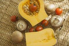 Pompoen met champignons en tomaat Royalty-vrije Stock Afbeeldingen