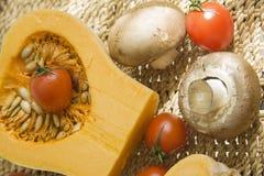 Pompoen met champignons en tomaat Royalty-vrije Stock Foto