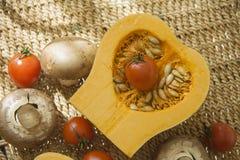 Pompoen met champignons en tomaat Stock Foto's