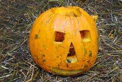Pompoen met een glimlach en knuppels wordt gesneden (Halloween-achtergrond voor a die Royalty-vrije Stock Afbeeldingen