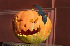 Pompoen met een glimlach en knuppels wordt gesneden (Halloween-achtergrond voor a die Royalty-vrije Stock Foto's