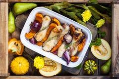 Pompoen met kip wordt gebakken die Autumn Vegetables Dienblad met voedsel royalty-vrije stock afbeeldingen