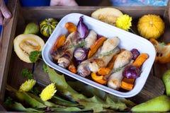 Pompoen met kip wordt gebakken die Autumn Vegetables Dienblad met voedsel royalty-vrije stock foto