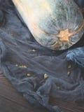 Pompoen op donkergrijs servet met zaden De ruimte van het exemplaar Stock Afbeeldingen
