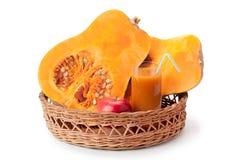 Pompoen, pompoensap en appel in een mand wordt geschikt die Stock Fotografie