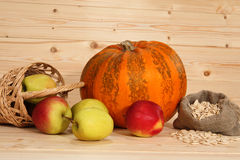 Pompoen, pottle met appelen en zak met zaden Stock Foto