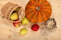 Pompoen, pottle met appelen en zak met zaden Stock Foto's