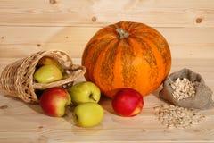 Pompoen, pottle met appelen en zak met zaden op houten backgro Royalty-vrije Stock Foto's