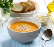 Pompoen soep-puree met sesam in kom op een blauw servet Stock Foto