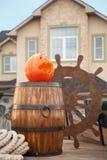 Pompoen van Halloween tegen schiplandschap Royalty-vrije Stock Afbeeldingen