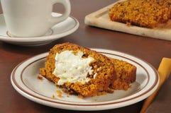 Pompoenbrood en koffie stock afbeeldingen