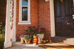 Pompoendecoratie dichtbij deur buiten een huis Stock Afbeelding