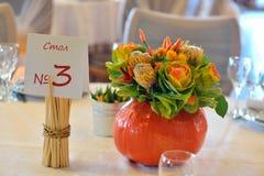 Pompoendecoratie, huwelijkslijst met bloemen Stock Fotografie