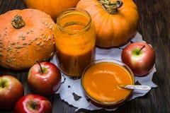 Pompoenen en appelen Pompoen en appelpuree stock afbeeldingen