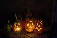 Pompoenen en gesneden auberginelantaarns in Halloween Stock Afbeelding