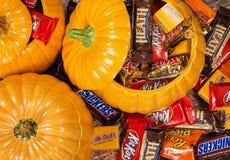 Pompoenen met Halloween-suikergoed worden gevuld dat Stock Foto