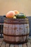 Pompoenen op oude houten vaten Stock Foto's