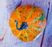 Pompoenen voor Halloween met grappige vrienden die met spoken spelen - Stock Afbeeldingen