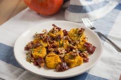 Pompoengnocchi met bacon Stock Foto